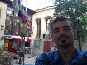 In Innenhof des Golshan Hostels in Shiraz, wo ich mich schon zum Frühstück auf den mit Teppichen und Kissen ausgelegten Podesten gefläzt habe... Ein cooler Ort... Traveler-Feeling...