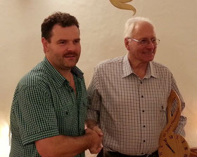 Dani gratuliert Rolf für 60 Jahre Mitgliedschaft