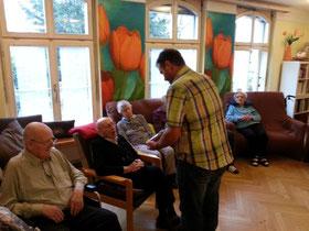 Dani Hochreuter überreicht dem Jubilar ein Geschenk.