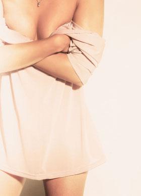 Junge Frau mit Unterkleid