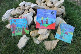 La trilogie de Zip le lutin sur un tas de pierre au jardin à Garchy dans la Nièvre