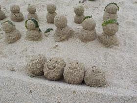浜辺にかわいい砂団子の兄弟?が