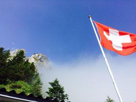 Schweizerfahne bei der Steinbockhütte am Pilatus. Hier errichtet die Hängifeldmannschaft jeweils das leuchtende Schweizerkreuz. Jeder 1. August ein Erlebnis.