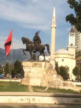 Minarett neben Kirche. In Albanien ist die religiöse Zugehörigkeit nicht entscheidend. Foto: Tirana