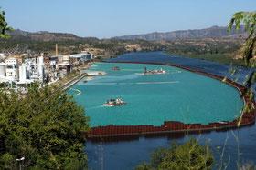 Trabajos de descontaminación de vertidos químicos en el río Ebro a su paso por Flix (Tarragona).