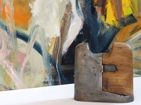Torso, Holz, Eisen, 2016 von Gerda Bier vor einem Ölgemälde von Thomas Achter