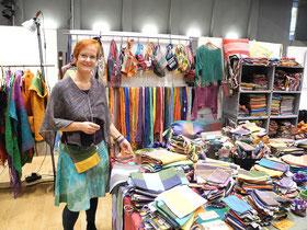 Eva Hönle präsentiert handgewebte Täschchen und Schals aus dem afrikanischen Frauenprojekt Lady Lomin