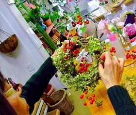 練馬 桜台 ガーデニングショップ かのはの ドライフラワーのアジサイとサンキライ・松ぼっくりなどを使いリースを制作中の生徒さんです 練馬 桜台 ガーデニングショップ かのはの  かのはの hana 教室