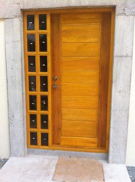 Eingangstüre in Holz mit kleinen Fenstern