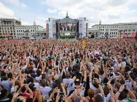 Hunderttausende Menschen empfingen die deutsche Nationalmannschaft. Foto: Michael Kappeler