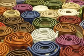 Verschiedene Teppiche mit gekettelten Kanten