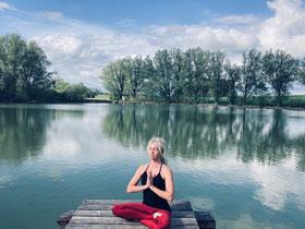 Yogalehrerin und Achtsamkeitstrainerin Natascha Königsbauer in der Natur bei ihrer achtsamen Meditation für mehr Gelassenheit im Alltag.