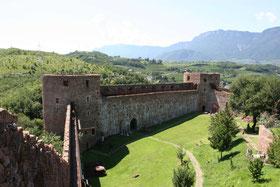 Blick auf die Schlossanlage von Sigmundskron mit MMM Firmian