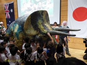 トリケラトプスが登場すると、子どもたちは大興奮!なお、本公演ではトリケラトプスにはさわれません。