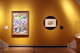 (左)クロード・モネ《菊畑》 1897年 個人蔵 (右)葛飾北斎《菊に虻》 1831-33(天保2-4)年頃 シカゴ美術館
