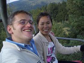 Wir zwei auf der Silberberg Sesselbahn, im Hintergrund ist der Wunderschöne Bayerische Wald zu sehen