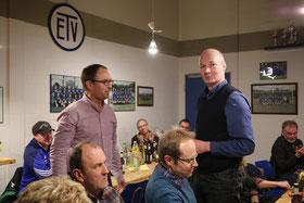 (von links stehend: 1. Vorsitzender Olaf Reitemeyer, scheidender Jungendleiter: Jürgen Sieger)