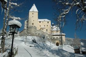 Blick vom Schlossmeierhaus auf die Burg Mauterndorf