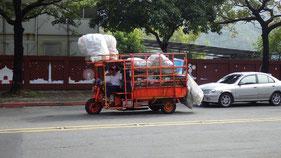 ゴミ収集か何かの三輪バイク