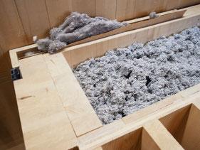 壁のカットサンプル。内側の断熱材は羊毛