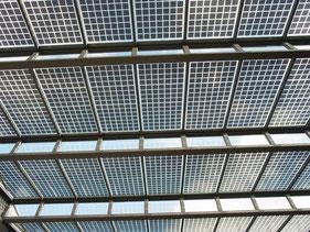 広場の屋根には太陽光パネル