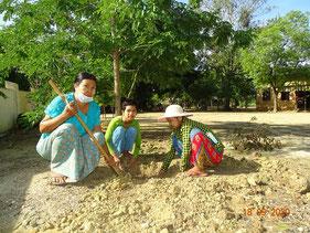植林には、保護者を中心に、 地域の人々も参加してくれた。