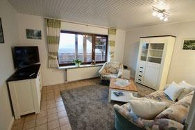 Wohnzimmer mit TV, Radio und Aussicht ins Grödersbyer Hinterland