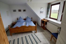 Schlafzimmer mit Doppelbett, Fenster und grandioser Aussicht ins Hinterland