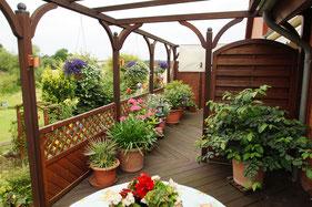 Holzterrasse zur Mitbenutzung, inkl. Gartenmöbel mit Auflagen und Sonnenschirm