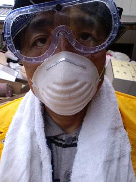 ゴーグルと防塵マスク姿