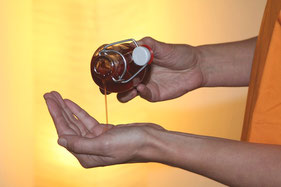 Massage mit Johanniskrautöl