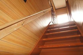 この階段をのぼると施術ルームです。真新しい自分に出会えるかもです・・・