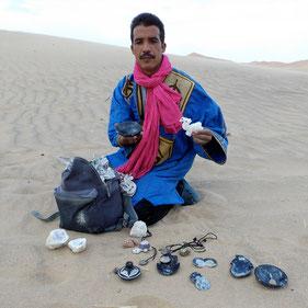 Souvenirs am Rand der Saharadünen