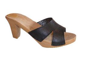 sabots, mule ou sandale d'été sur talon haut, simple, chic et très féminin. La large bride est allégée par les ouvertures sur le côté. Modèle réalisé sur mesure et à la main aux sabots d'isa