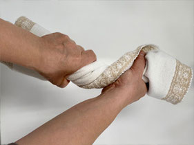 タオルごと絞りマスクの水分を吸収させます。タオルドライの後はよくシワを伸ばし形を整えて干してください。