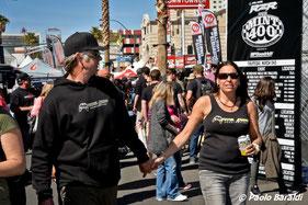 Nicole Pitell-Vaughan con il marito Matt Vaugha titolari della Total Chaos nella Fremont street di Las Vegas