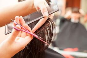 Haarschnitt mit Schere und Kamm