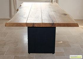 Massivholztisch aus Eichenbohlen im Esszimmer.