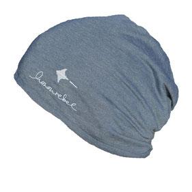 honourebel sommer beanie leichte muetze aus biobaumwolle in blau meliert mit hellblauem honourebel schriftzug und rochen logo Stick ton in ton