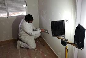 los pintores esta preparando las paredes para pintar