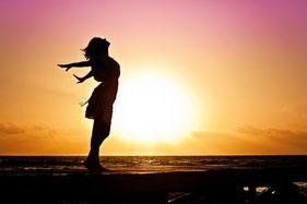 Ein Mensch fliegt der Sonne entgegen