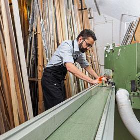 Stephan Langheinz beim Zuschneiden der Rahmenleisten