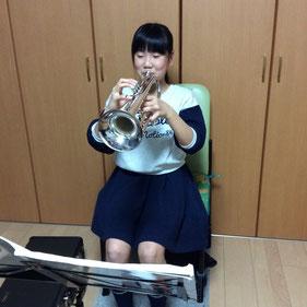 うすだ音楽教室でトランペットを習う小学生