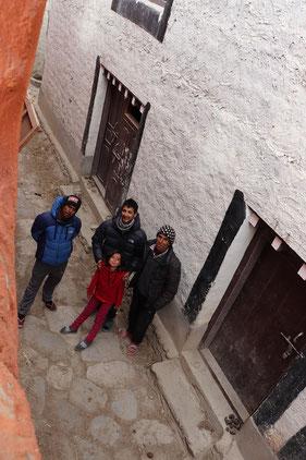 vier Menschen in den Straßen von Lo manthang