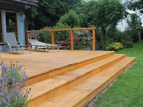 Holz Terrasse mit integrierten Hochbeet