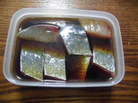 ヒラマサの身をミリン醤油に漬ける