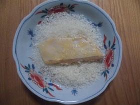ヒラメの身にパン粉を付ける