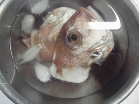 氷水の中で洗う