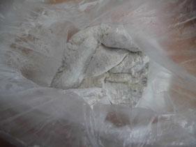 小麦粉がついたマゴチの身