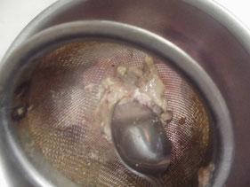 カワハギの肝を茶漉しで裏漉しする